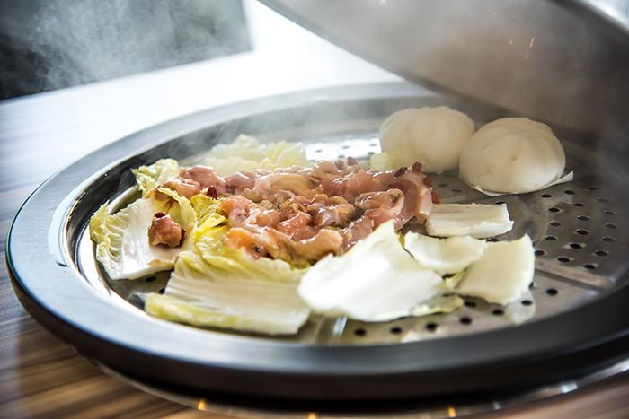 纪子和当归腌制的鸡肉,掀开厚重的锅盖后蒸汽炊烟弥漫