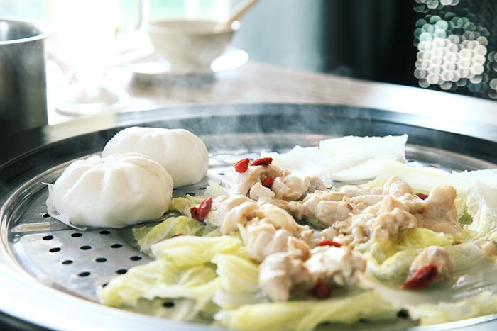 纪子和当归腌制的鸡肉,掀开厚重的锅盖,除了蒸汽炊烟弥漫,药材的本味再加上鸡香味也同时逼近到鼻孔前