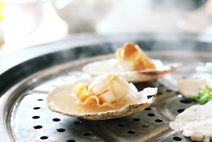 贝类与水蒸气结合凝成了鲜味极度浓郁的海鲜肉汁