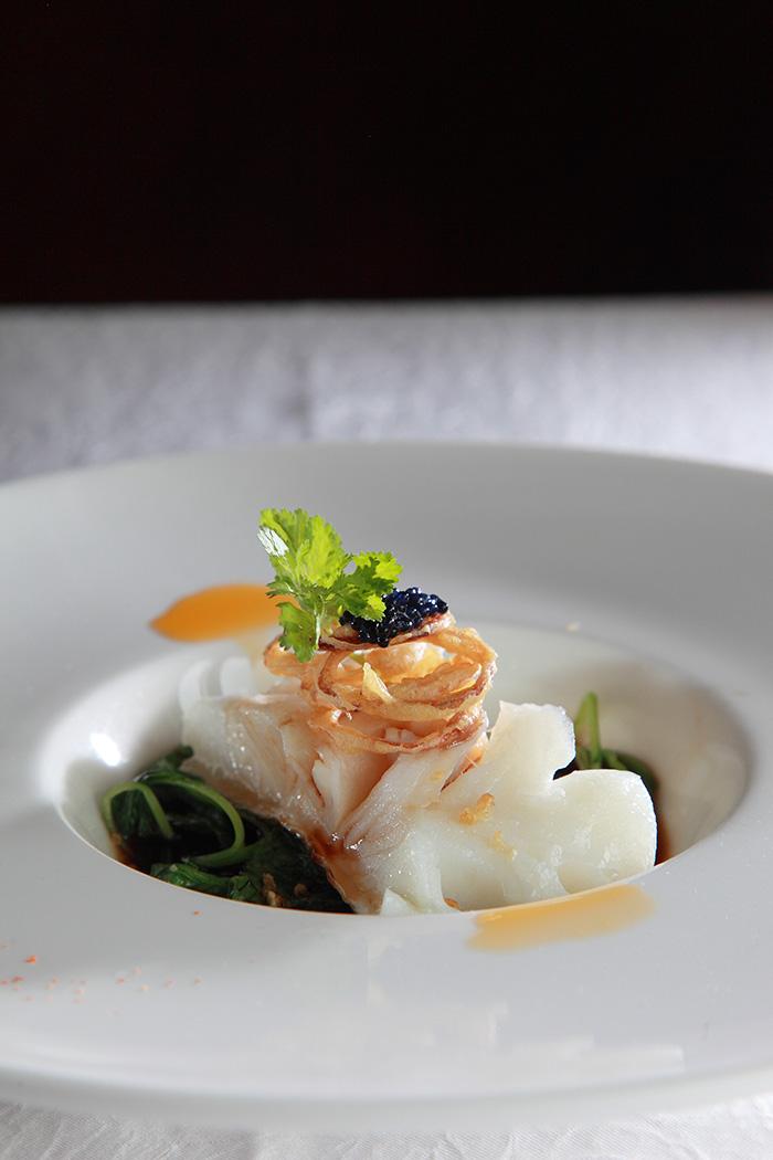 青色的苋菜搭配白色的鳕鱼再加上黑色的鱼子酱和薄切的炸姜蒜增添了整体的口感